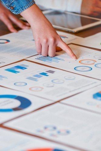 Team wertet Analyse der Finanzahlen und identifiziert Werttreiber