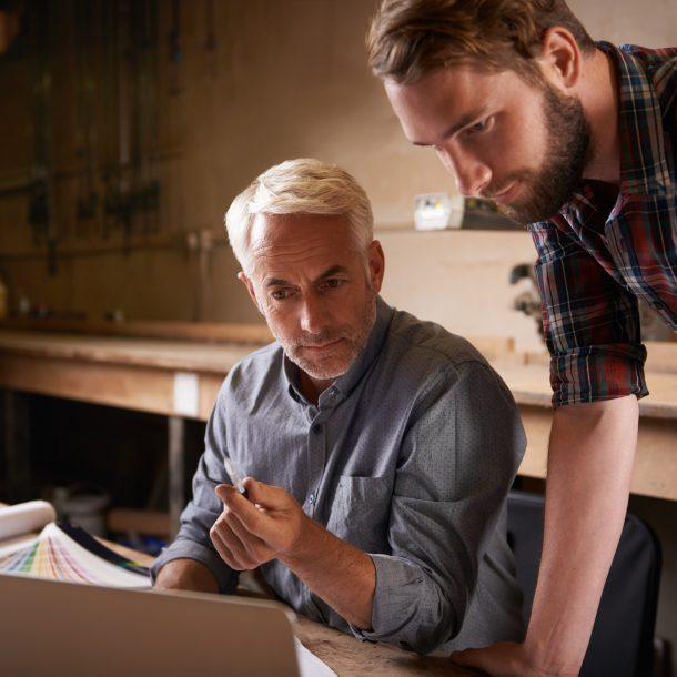 Unternehmer-im-Fachgespräch-mit-Mitarbeiter