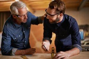 Geschäftsführer eines mittelständischen Facility Management Unternehmens diskutiert mit seiner Führungskraft bezüglich nächster Schritte im Verkaufsprozess