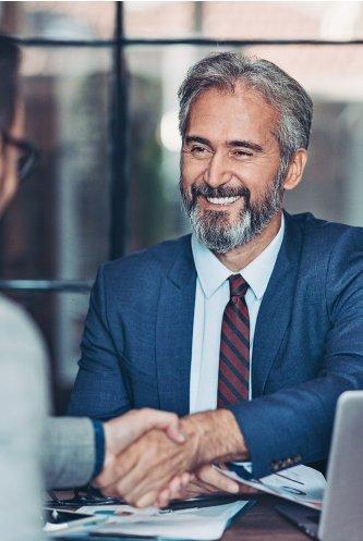 Senior Partner reicht Kunden die Hand