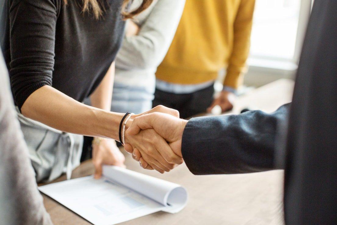 Nach Einigung reichen sich Verkäufer seines Unternehmens und Käufer die Hand