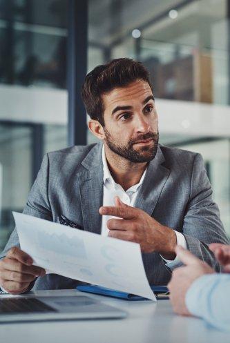 Senior M&A - Berater hinterfragt die unübersichtlichen Finanzzahlen
