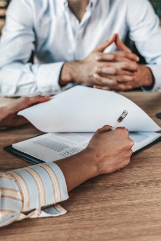 M&A Berater sitzt zu einem ersten Meeting mit dem Mandanten zusammen für einer erste Bestandsaufnahme für den Verkauf seines mittelständischen Unternehmens