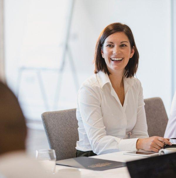M&A - Beraterin sitzt im Meeting mit dem Kunden zum Thema Unternehmensbewertung