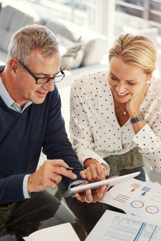 Kunde studiert die Ergebnisse der Unternehmensbewertung auf dem Tablet